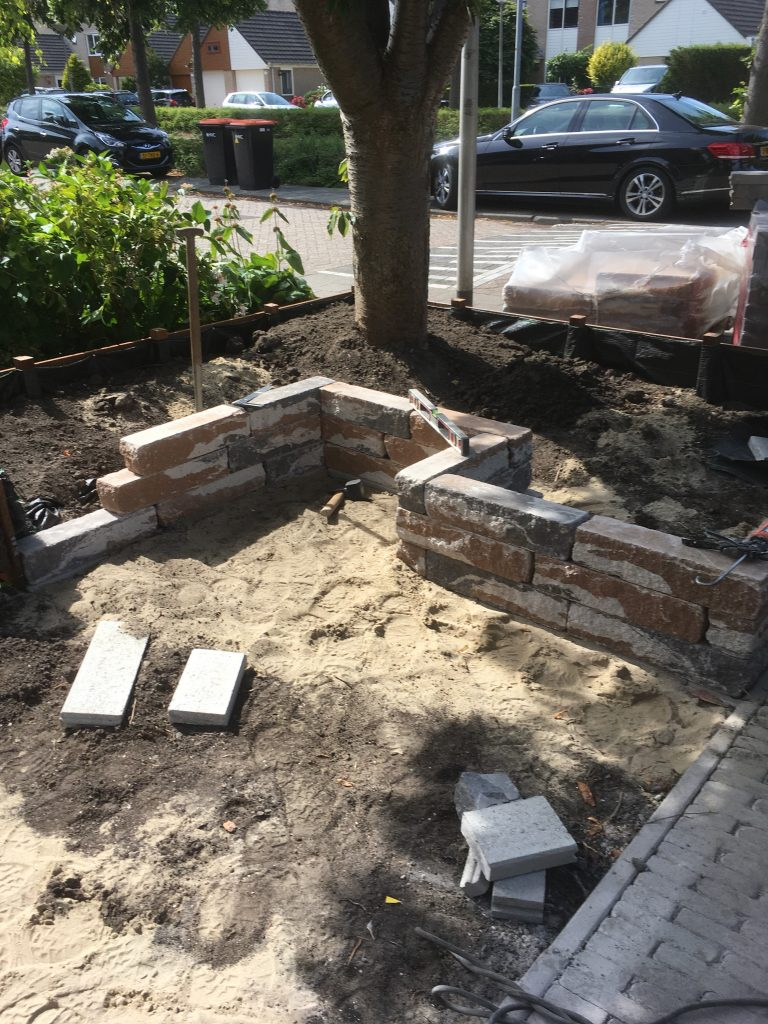 Tuinmuurtje van graniet blokken